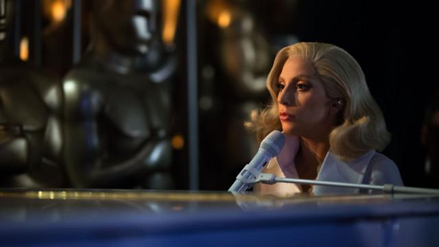 Ousada e despida de artifícios: Lady Gaga na capa da Vogue