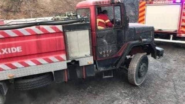 Carros de Bombeiros de Carnaxide e de Oeiras queimados em Monchique
