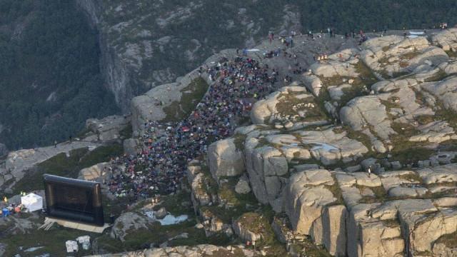 A sessão de cinema impossível numa falésia da Noruega