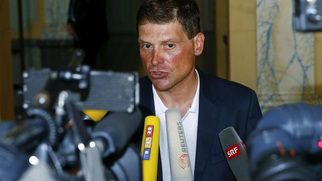 Ex-ciclista vencedor do Tour detido por agredir vizinho realizador