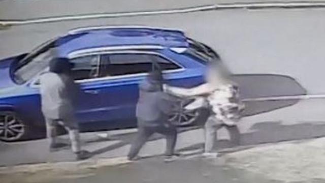 Veja o momento em que mulher afugenta ladrões com mala de mão