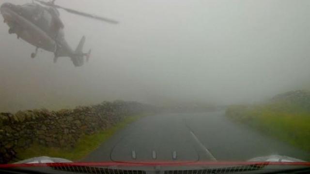 Helicóptero aparece de repente em nevoeiro intenso e assusta condutores