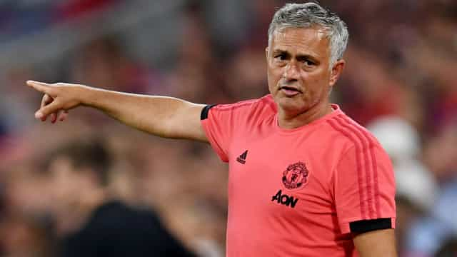 Mourinho 'desespera' por central e vira-se para o Chelsea