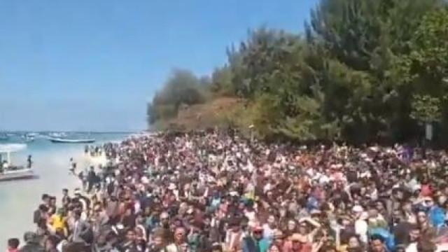 Imagens impressionantes de milhares de pessoas que aguardam resgate