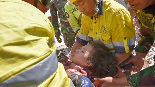 Mulher retirada de escombros dois dias depois de sismo de Lombok