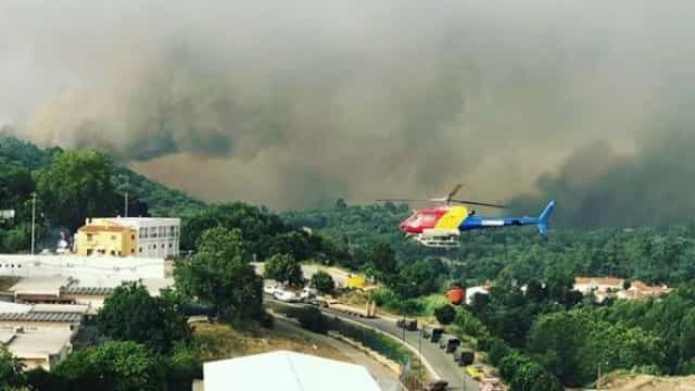Meios aéreos que combatem incêndio em Monchique abastecem em piscina
