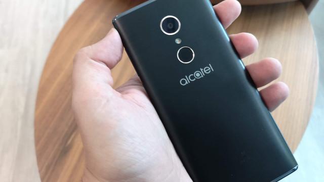 O Alcatel 5 quer convencê-lo com um 'look' diferente. Ora veja
