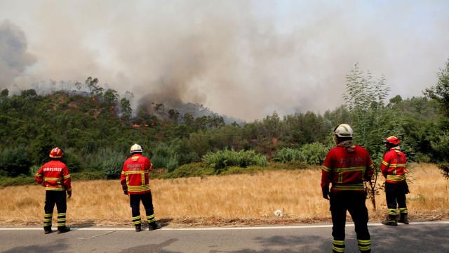 Com chamas à porta, moradores de Casais recusam-se a abandonar aldeia