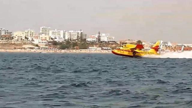 Os vídeos dos aviões Canadair a abastecer no mar algarvio