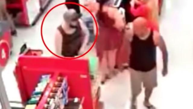 Pai confronta homem que tenta tirar fotos a partes íntimas da filha
