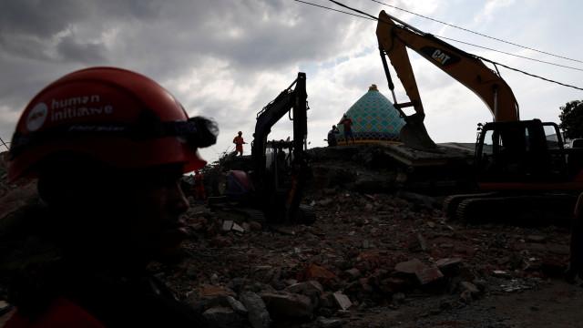Novo sismo na ilha indonésia de Lombok. Vários edifícios colapsaram
