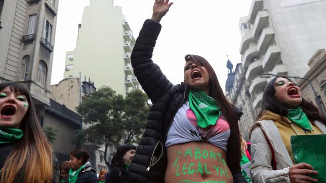 Senado da Argentina votou para continuar a criminalizar o aborto