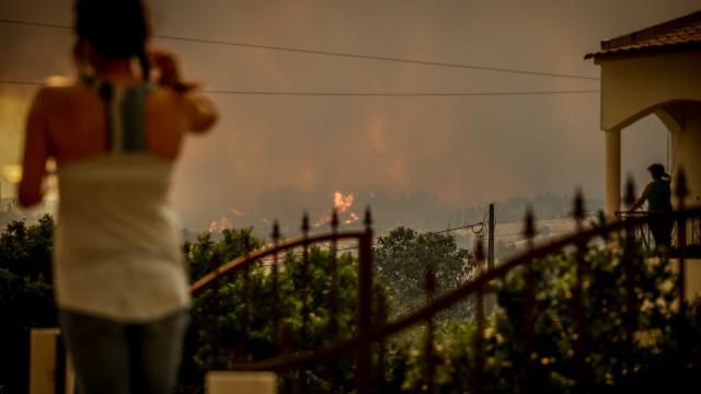 Perímetro do fogo já ultrapassa os 100 quilómetros, há 299 deslocados