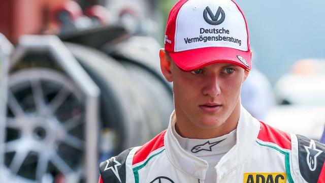 """Mick Schumacher após vitória: """"Esta era a sala de estar do meu pai"""""""