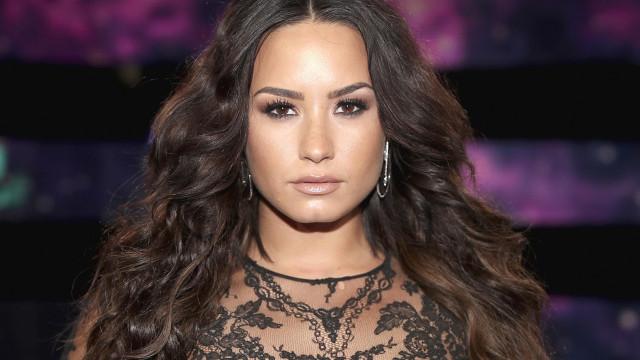 Demi Lovato faz pausa na reabilitação durante uns dias