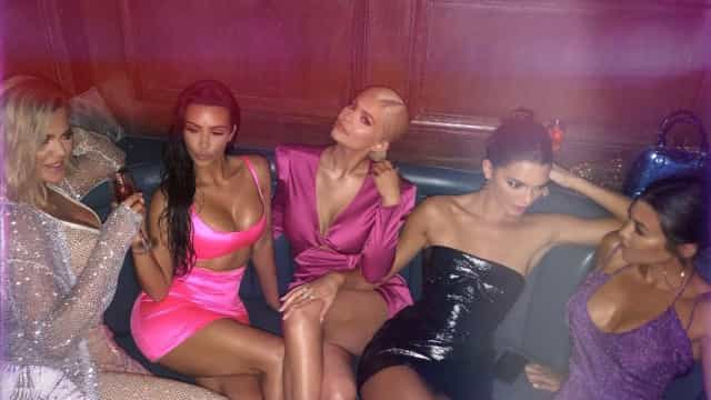 Irmãs Kardashian fazem gesto obsceno em festa de Kylie Jenner