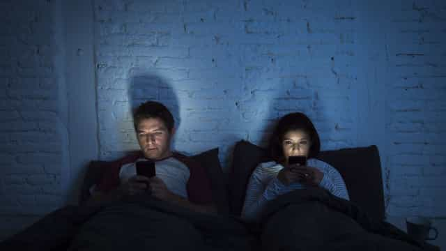 Luz azul dos telemóveis provoca cegueira, entenda como