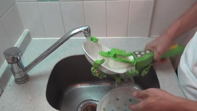 Eis a solução para limpar a pilha de pratos que tem a acumular na cozinha
