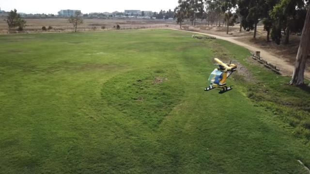 Hoje é o dia que em vê um helicóptero da Lego a voar