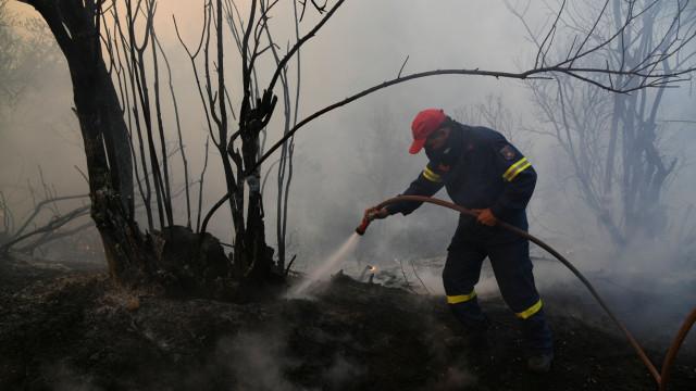 Fogo em ilha grega obriga a evacuar duas localidades