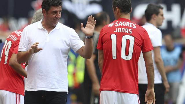 Jonas volta a falhar jogo do Benfica. Avançado tem cervicalgia