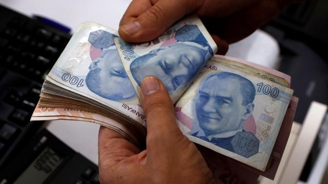 Turquia injeta seis mil milhões de dólares para travar queda da moeda