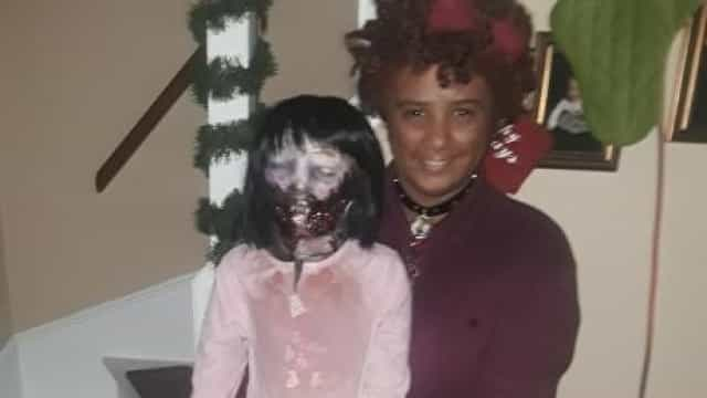 Após três anos de amor, jovem pretende casar com boneca 'zombie'