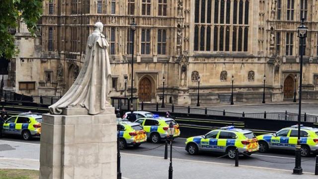 Carro embate contra barreiras em Westminster. Há feridos