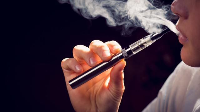 Apontada mais uma consequência ao uso de cigarros eletrónicos