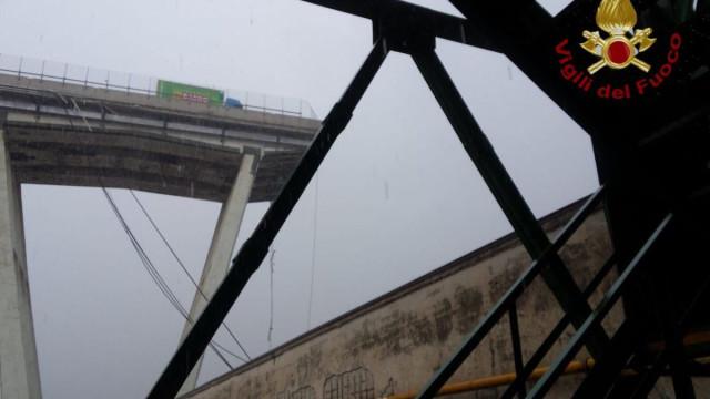 Ponte sobre autoestrada colapsa em Génova. Haverá pessoas nos escombros