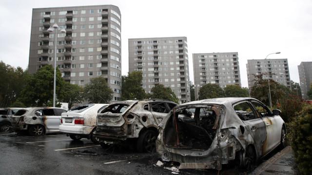 """Mais de 80 carros queimados em """"ação muito coordenada"""" na Suécia"""