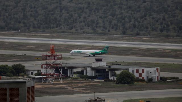 Homem morre após cair de trem de aterragem de um avião