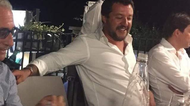 A festa de Salvini na noite da tragédia que está a indignar Itália