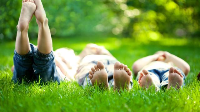 Andar descalço faz bem, principalmente aos mais novos