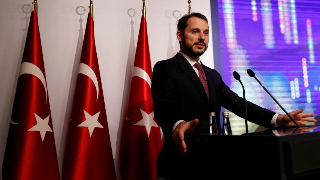 """Ministro das Finanças turco diz que país vai sair """"mais forte"""" da crise"""