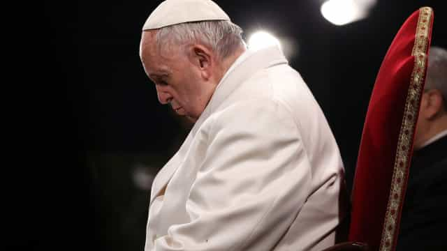 "Vaticano sente ""vergonha"" de abusos sexuais. Papa ""do lado das vítimas"""