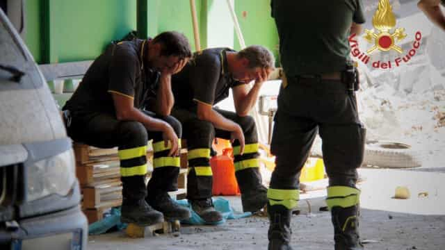 """Dois bombeiros, derrotados pela tragédia. """"Os nossos heróis, como sempre"""""""
