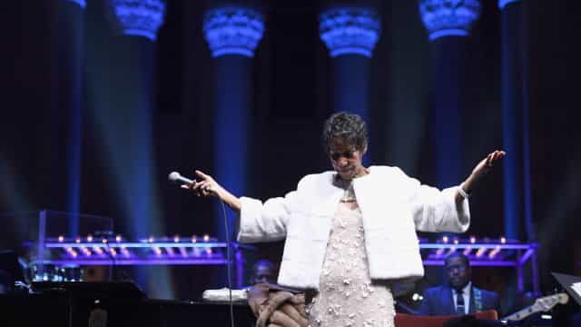 Na hora do adeus, o mundo mostra 'Respect' por Aretha Franklin