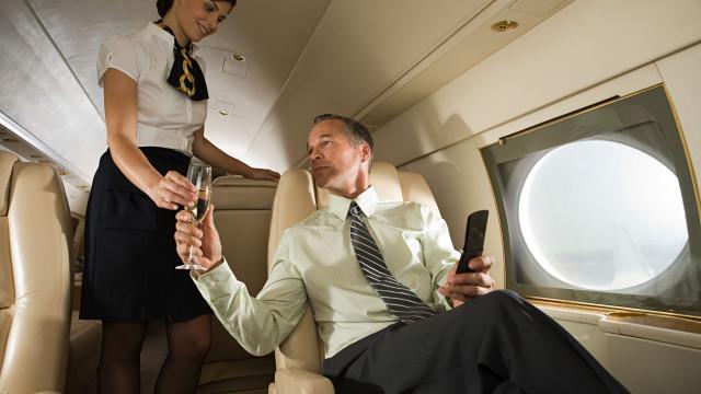 Menos álcool, mais efeitos. O que acontece ao corpo quando bebe no avião?
