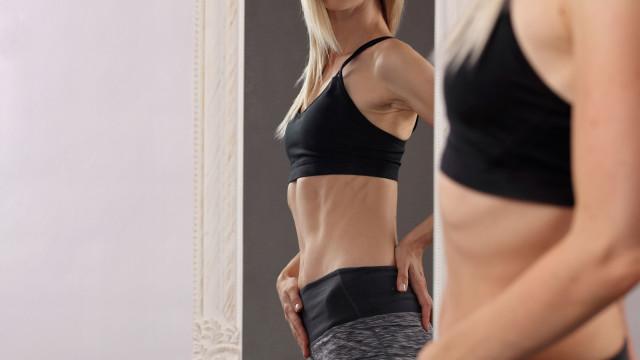 Este exercício trabalha as ancas, os glúteos e muito mais