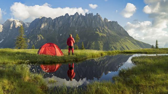 Para dormir melhor, a solução é... acampar