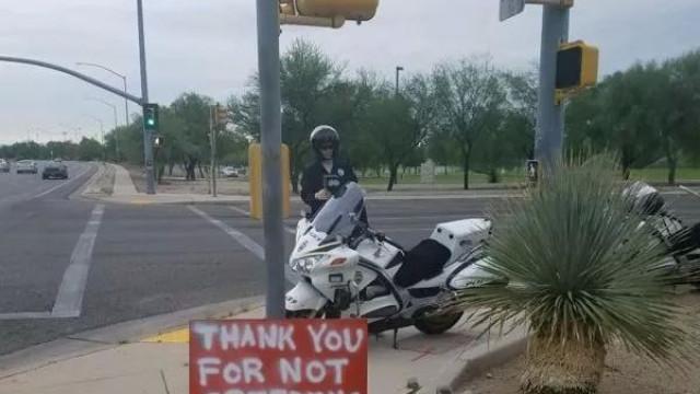 Polícia põe manequins a fazer de agentes para que carros andem devagar