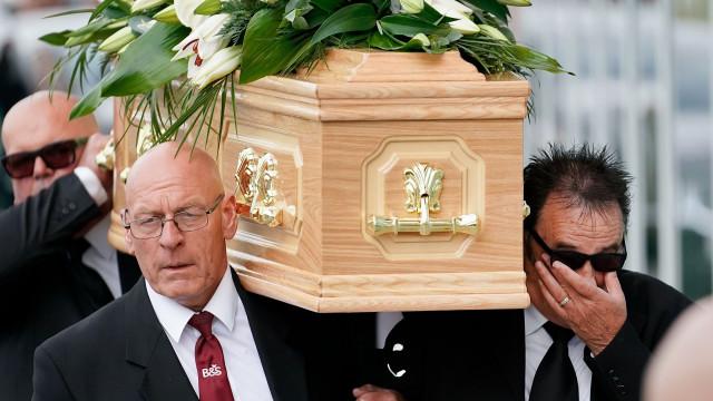 Paul Chuckle em lágrimas durante funeral do irmão, Barry Chuckle