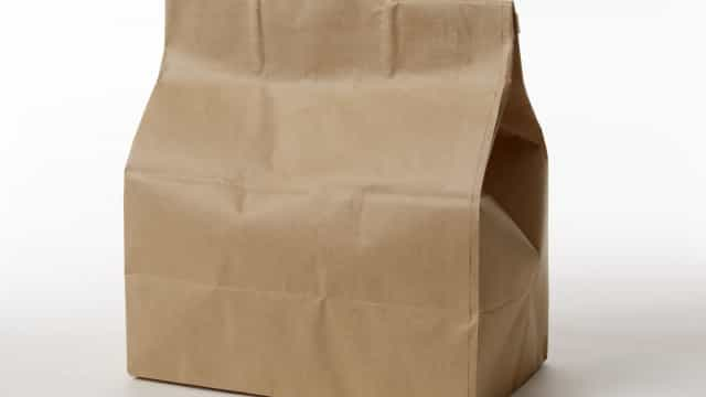 """Recebe cinzas da mãe num saco de papel """"como se fosse 'fast food'"""""""