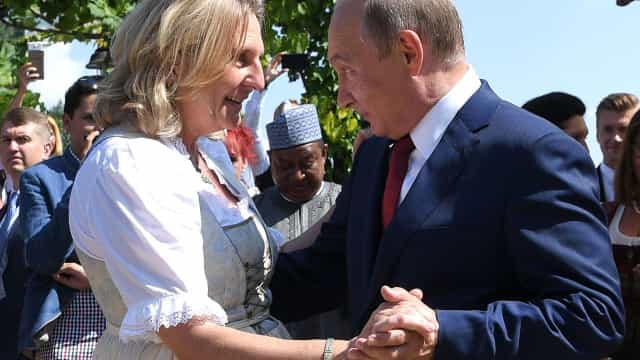 O 'pezinho de dança' de Putin em casamento de ministra austríaca