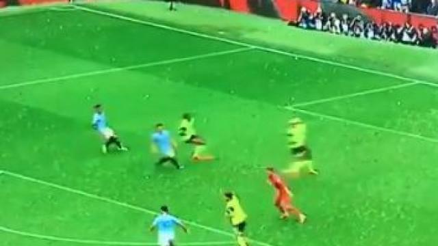Aguero dá vantagem ao City com 'chapéu' ao guardião do Huddersfield