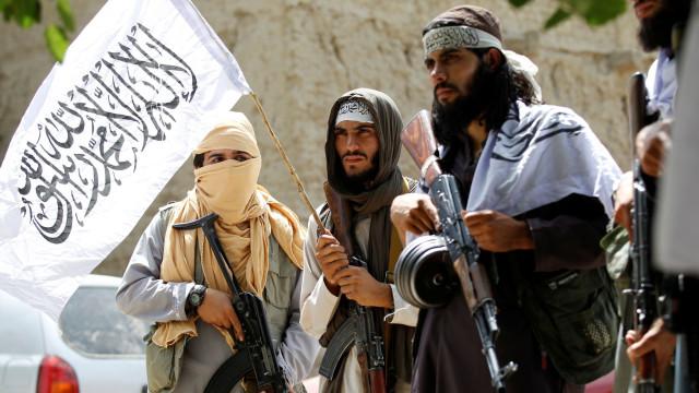 Talibãs atacam três autocarros e fazem mais de uma centena de reféns