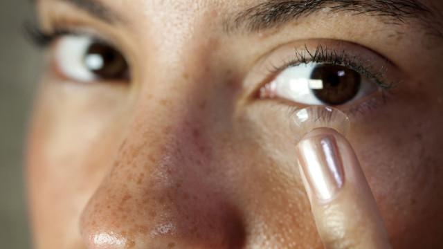 Se usa lentes de contato, este é um hábito que tem de deixar de seguir