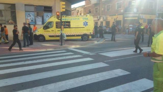 Carro sobe passeio e atropela três pessoas em Espanha. Condutor detido