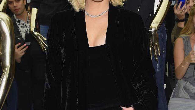 Khloé Kardashian supera inseguranças e exibe corpo em biquíni